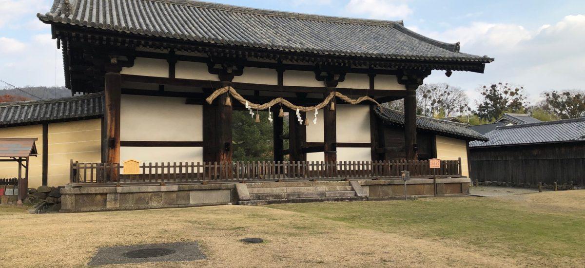奈良時代から静かに立っている転害門