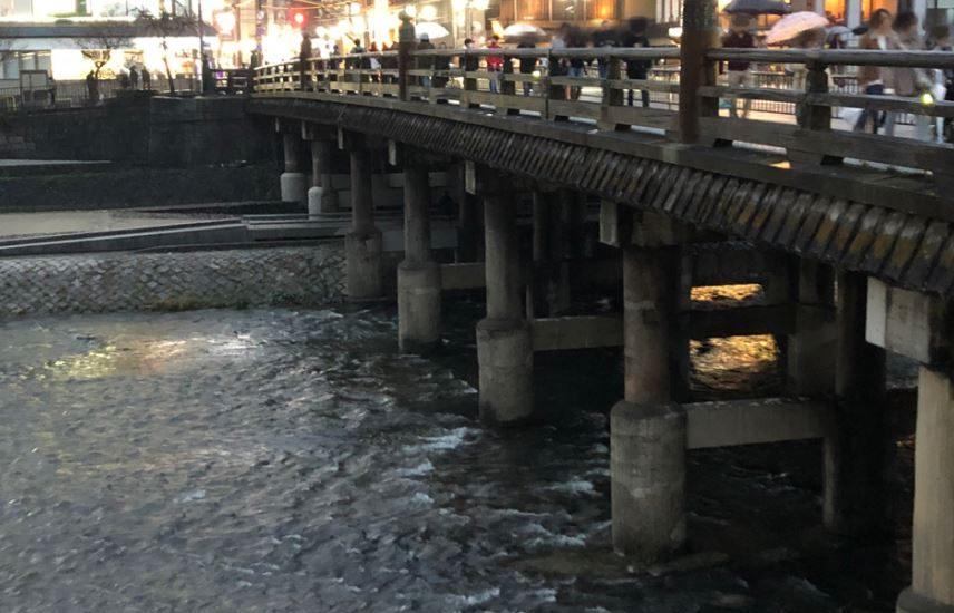 夕暮れ時の三条大橋
