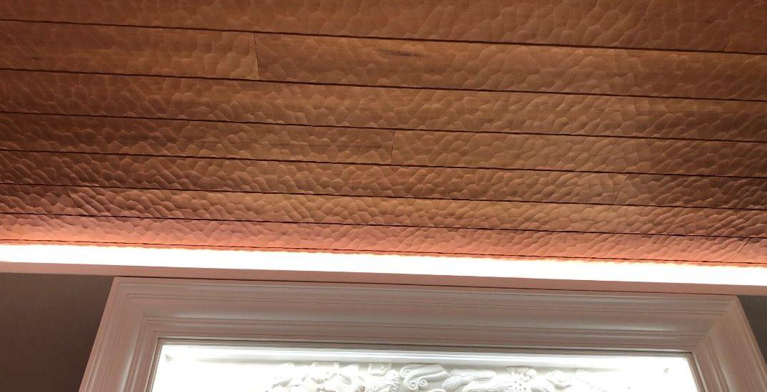 のみの跡が美しい木の壁と天井