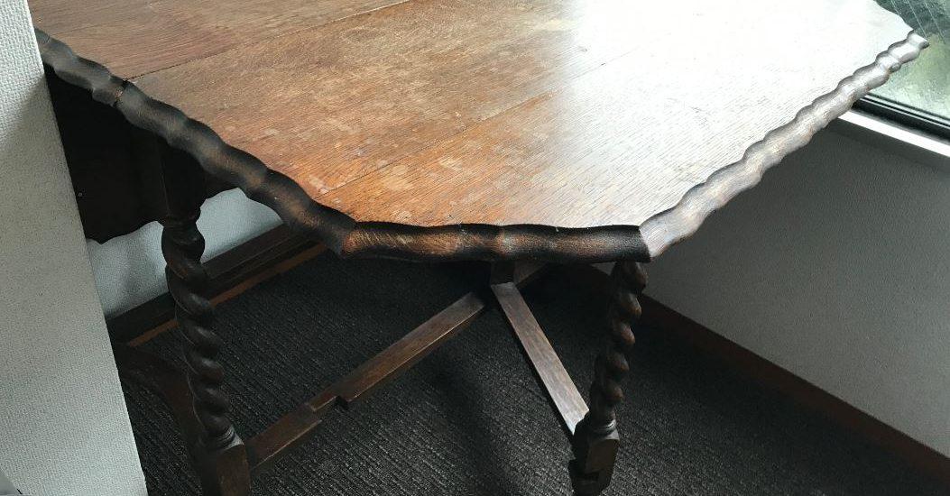 ムーンサークルのセッションの歴史はこのゲートレッグテーブルとともに。