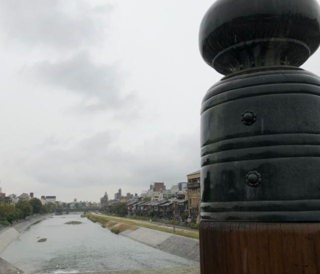 雨空の下、三条大橋から先斗町を望む