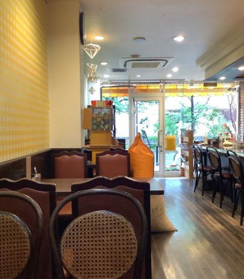 雨の日のカフェのあかりはノスタルジック…白川沿いの山本珈琲